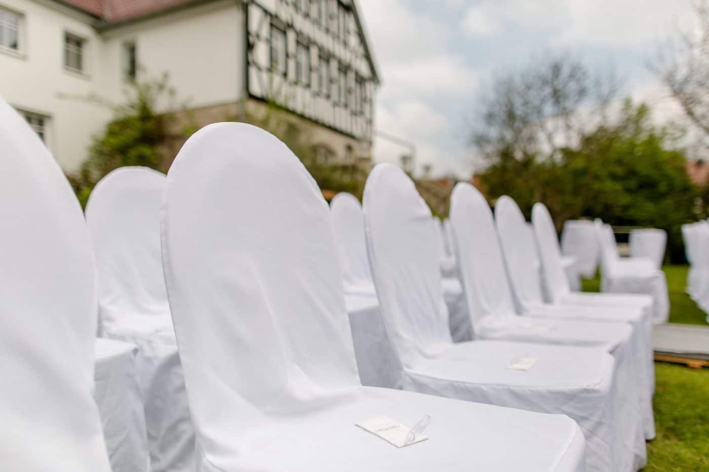 Sitzplätze für Gäste der Hochzeitsfeier