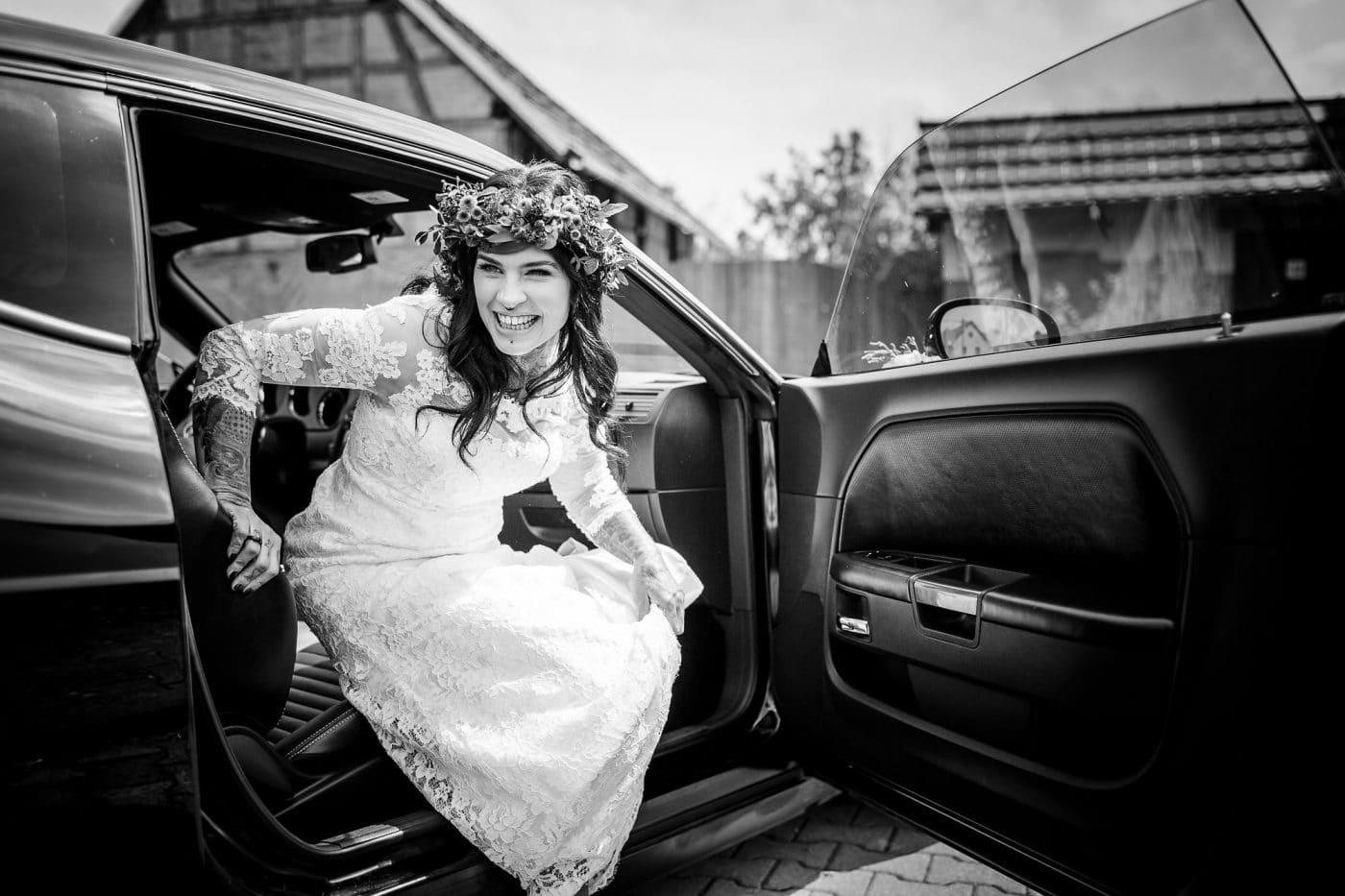 Braut lacht im Auto