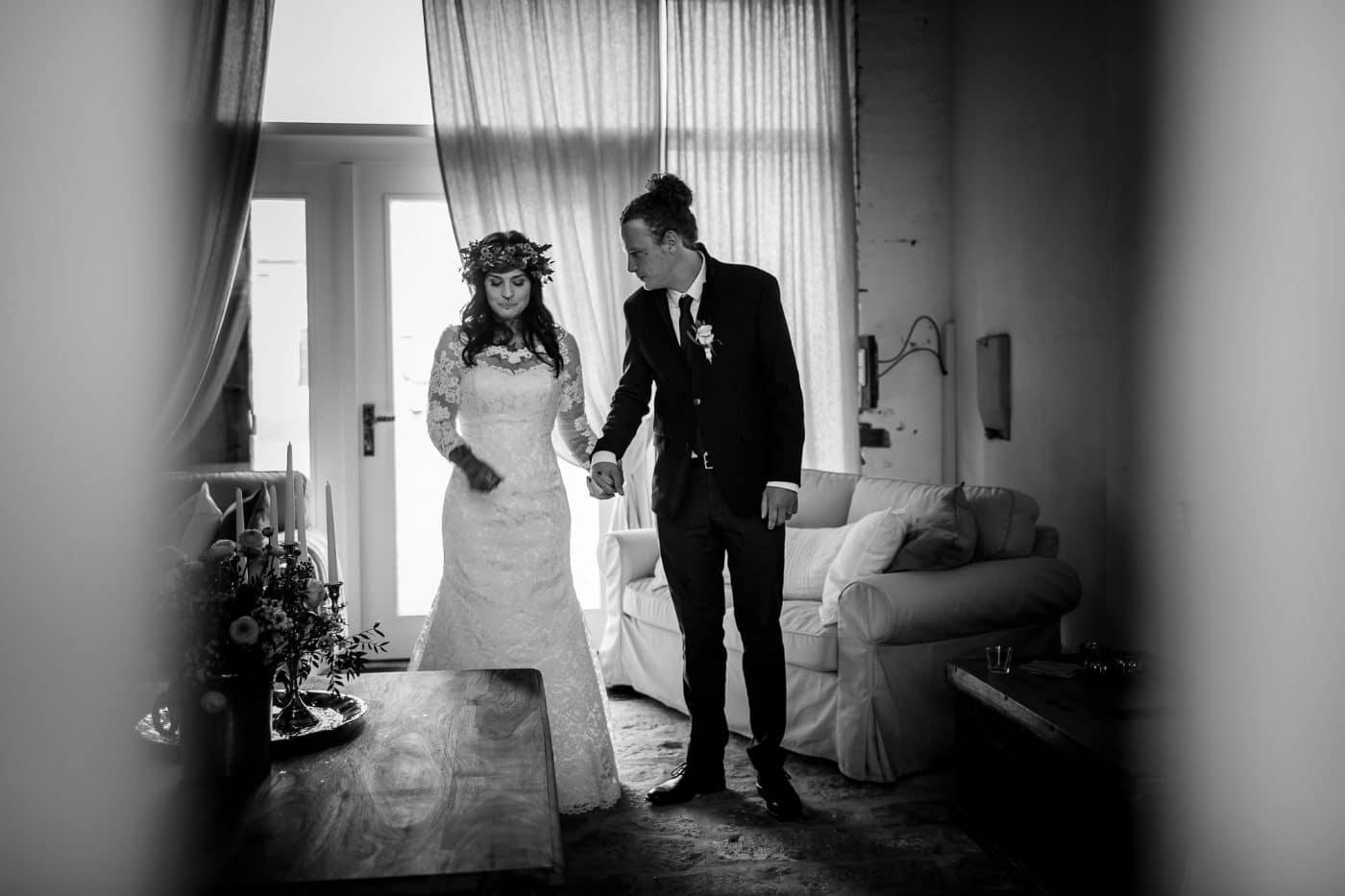 Braut wird zu Altar gebracht