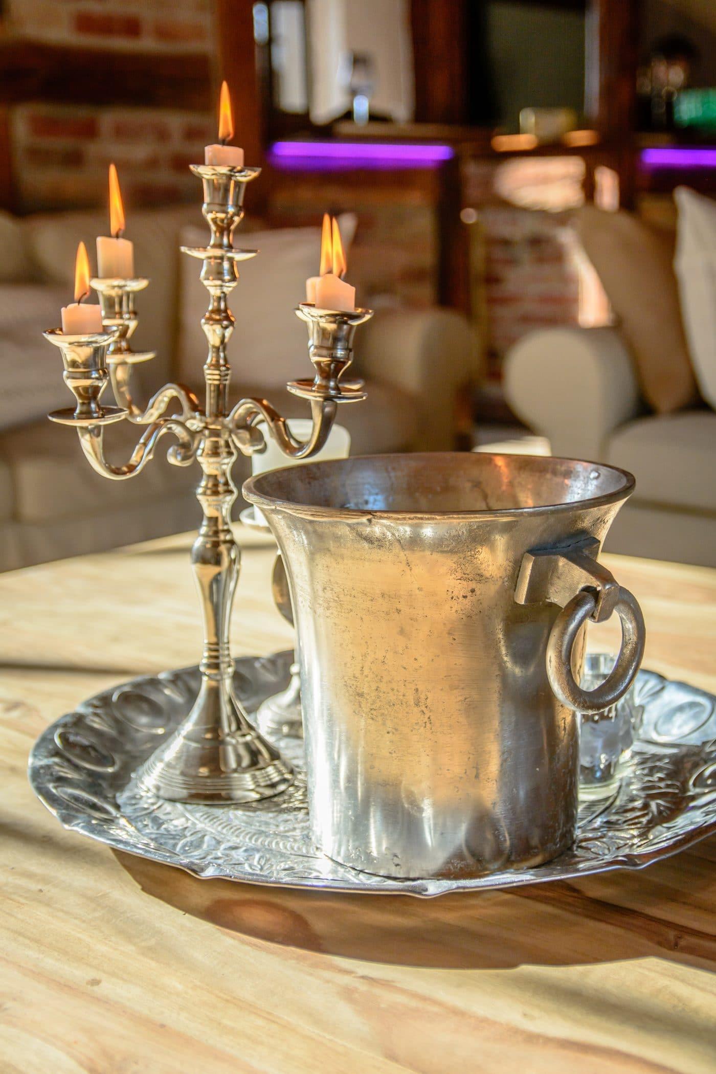 Messingbecher und Kerzen