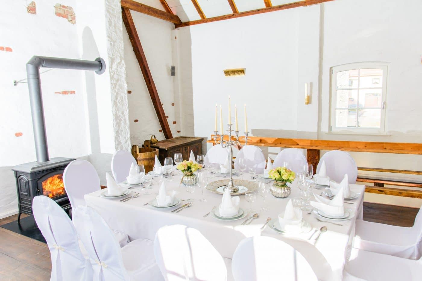 weiße Tafel bei einer Hochzeit mit Kerzen in der Residenz Jena