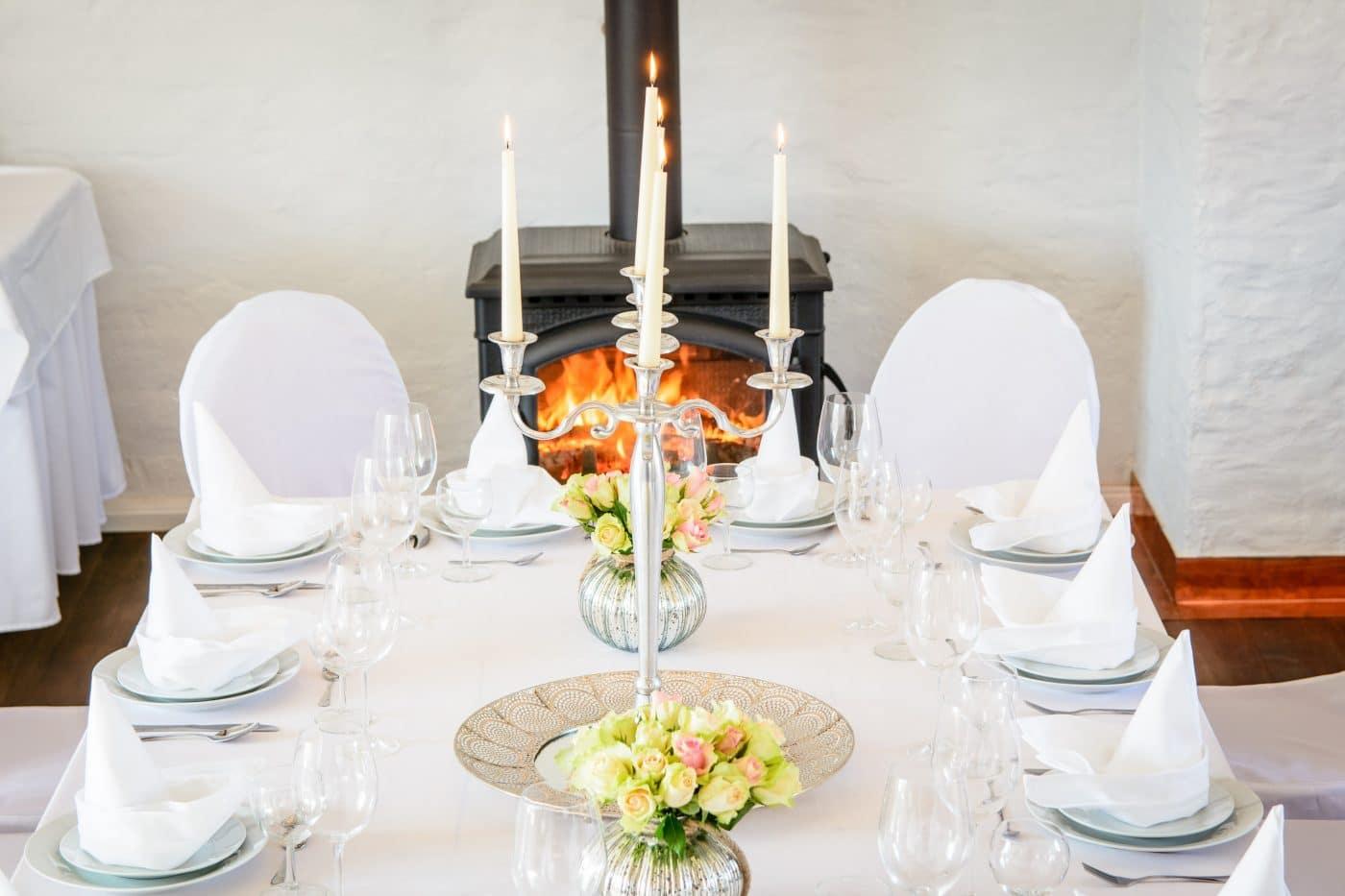 weiße Tafel bei einer Hochzeit